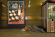Schlafender Obdachloser in der Eingangshalle der Prager Metrostation Namesti Republiky (Platz der Republik).<br /> <br /> Sleeeping homeless person in the entrance hall of the Prague metro station Namesti Republiky.