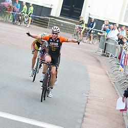 WIELRENNEN: Oldenzaal: Nina Kessler (Velserbroek) wint de ronde van MArkelo voor vrouwen voor Sandra van Veghel en Henriette Woering