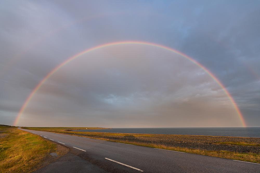 E75 mellom Vardø og Vadsø og regnbue i halvsirkel.