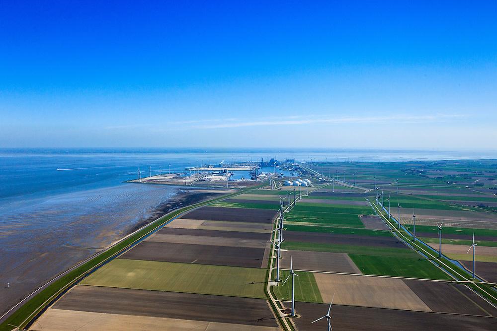 Nederland, Groningen, Eemshaven, 01-05-2013; windpark Emmapolder, onderdeel van Growind. De  windturbines staan op de Eemspolderdijk. De dijk ligt tussen de Emmapolder (aan de Waddenzee) en de Eemspolder. Growind het grootste, door prive-personen ontwikkelde windpark in Nederland. Het windpark ligt op het binnenterrein van het Eemshavengebied. In de achtergrond de Eemshaven..Wind park Emmapolder, part of Growind. Wind turbines on the dike in the polder at Eemshaven.The port of Eemshaven in the back..luchtfoto (toeslag op standard tarieven).aerial photo (additional fee required).copyright foto/photo Siebe Swart