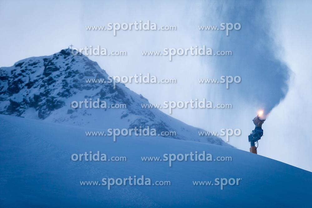 THEMENBILD - eine Schneekanone in den frühen Morgenstunden, aufgenommen am 29. Dezember 2014, Kühtai, Österreich // a snow making machine in the early morning hours in Kuehtai, Austria on 2014/12/29. EXPA Pictures © 2014, PhotoCredit: EXPA/ JFK