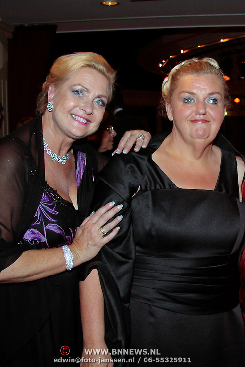 NLD/Nijkerk/20110710 - Miss Nederland verkiezing 2011, Miss Holland 1976 Nanny Verwey-Nielen met medium Anita van den Berg