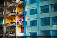 Women on balcony of apartment by the Minhocão causeway, in São Paulo, Brazil ©CiroCoelho.com