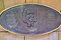 République d'Irlande, Dublin, plaque commemorative des grands écrivains irlandais dans les jardins de la cathedrale Saint Patrick, Swift // Republic of Ireland; Dublin, famous irish writer memorial in Garden of St Patrick's Cathedral, Swift