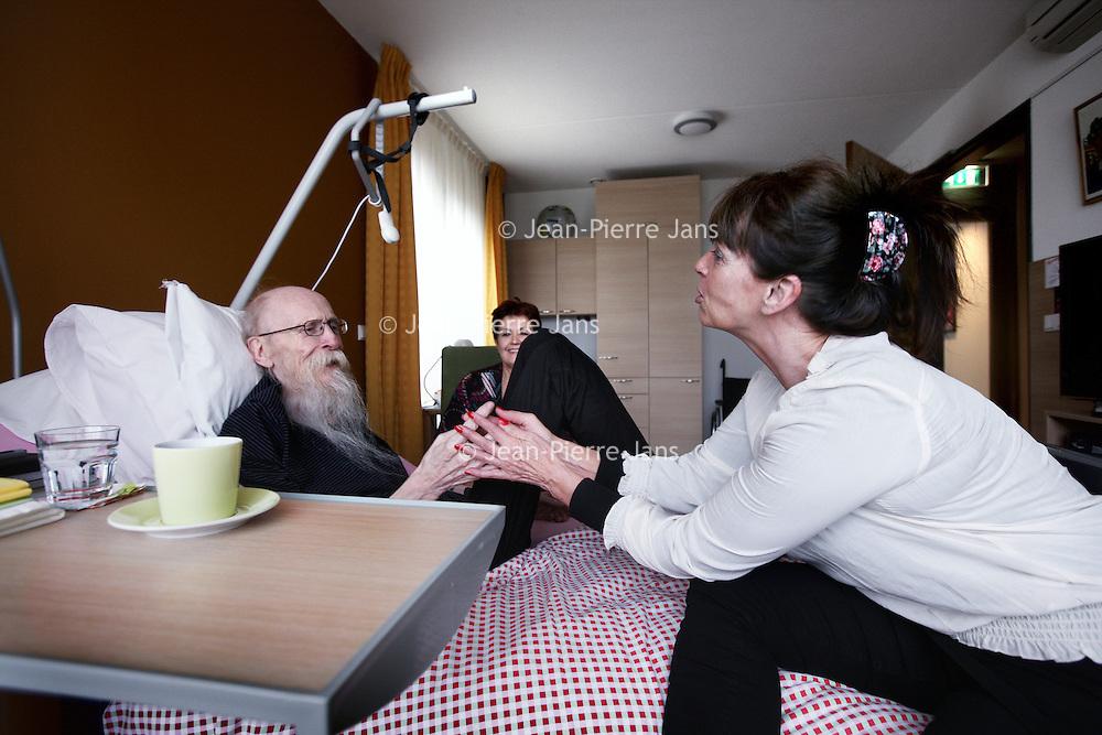 Nederland, Amsterdam , 26 april 2012..Patient in Joods Hospice omgeven door verzorgers en Directrice Sasja Marte (links achter)..Het Joods hospice aan de Amstelveense weg bestaat 5 jaar..Foto:Jean-Pierre Jans