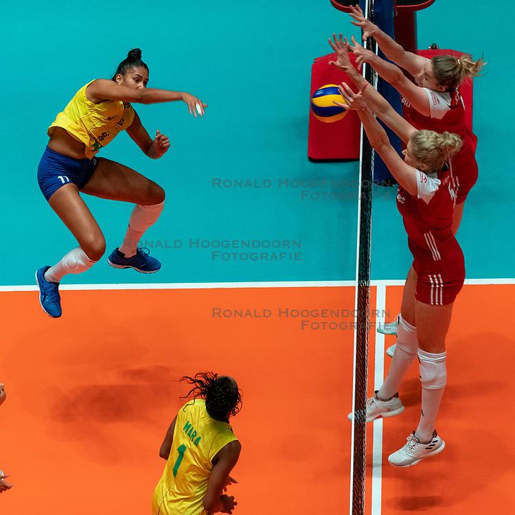 29-05-2019 NED: Volleyball Nations League Poland - Brazil, Apeldoorn<br /> Tainara Lemes Santos #11 of Brazil, Agnieszka KakolewskaC #5 of Poland, Magdalena Stysiak #9 of Poland