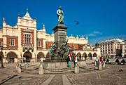 Pomnik Adama Mickiewicza i Sukiennice na Rynku Głównym w Krakowie, Polska<br /> Monument to Adam Mickiewicz and the Cloth Hall on the Main Market Square in Cracow, Poland