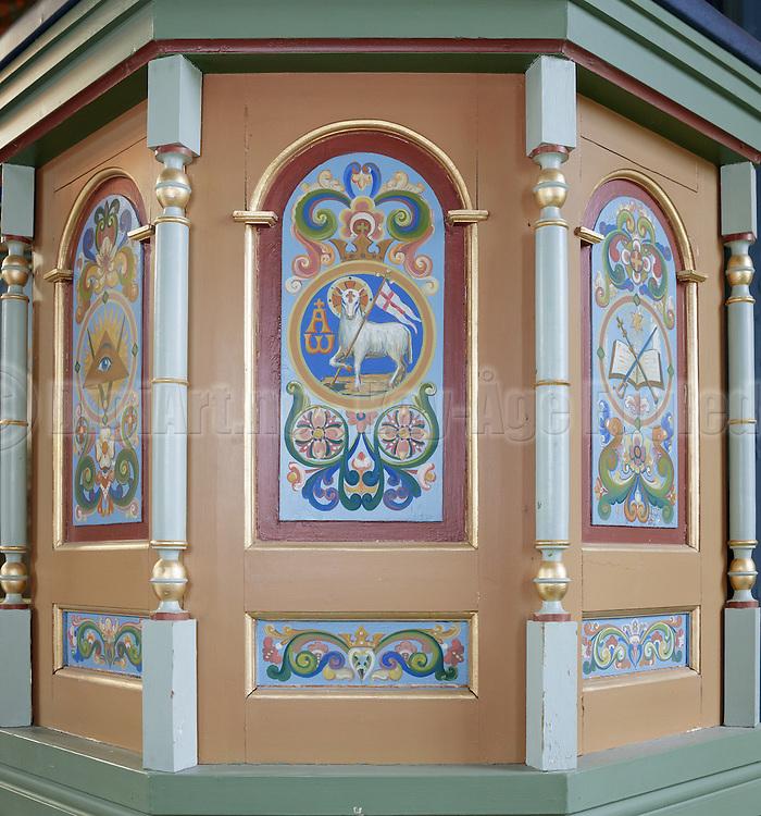 Maleri preikestol, forfra, midtseksjon+v+h. Preikestolen fotografert i Indre Herøy Kirke.