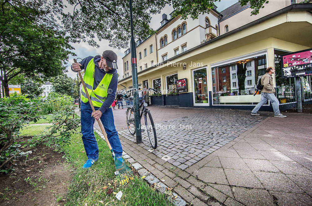 Duitsland, Aken, 10 augustus 2016.<br /> Reportage over verslaafden op Kaiserplatz in Aken.<br /> Op de foto: Een verslaafde onderhoudt de groenvoorziening voor het gebouw van Troddwar.<br /> <br /> Reportage on drug addicts on Kaiserplatz in Aachen, Germany. In the picture: An addict maintains the landscaping for the building of Troddwar.<br /> <br /> Foto: Jean-Pierre Jans