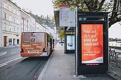 09.04.2020, Salzburg, AUT, Coronavirus in Österreich, im Bild Hinweisschilder zu der Coronavirus Pandemie an einer Bushaltestelle // Signs about the coronavirus pandemic at a bus stop in Salzburg, Austria on 2020/04/09. EXPA Pictures © 2020, PhotoCredit: EXPA/ JFK