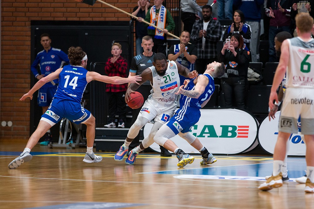 ÖSTERSUND 20210924<br /> Nässjös Dartaye Ruffin kör över Jämtlands Steve Harris under fredagens match i Basketligan mellan Jämtland Basket och Nässjö Basket i Östersunds Sporthall<br /> <br /> Foto: Per Danielsson/Projekt.P
