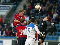 Fotball, 28. april 2004, Privatlandskamp, Norge-Russland 3-2, Vidar Riseth, Norge, og Igor Akinfeev, Russland