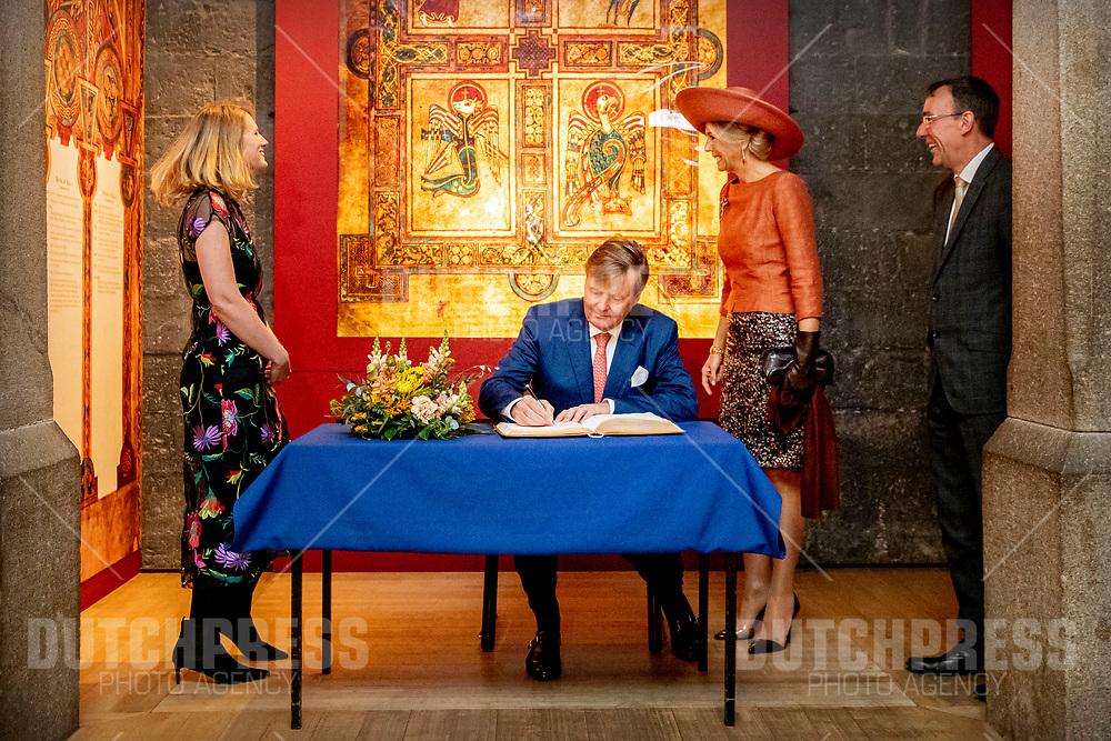 DUBLIN - Koning Willem-Alexander en koningin Maxima bezoeken de Long Room bibliotheek in jet Trinity College, door professor Christopher Morash en Laura Shanahan, tijdens hun bezoek aan Ierland. ANP ROYAL IMAGES PATRICK VAN KATWIJK