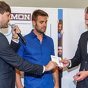 NLD/Zwolle20150917 - CD presentatie Open van Nick & Simon en expositie opening, Ralph Keuning overhadingt nieuwe cd aan Nick Schilder en Simon Keizer