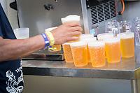 SCHWEIZ - WABERN - Frisch gezapftes Bier am Gurtenfestival - 12. Juli 2018 © Raphael Hünerfauth - https://www.huenerfauth.ch