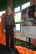 Prinses Maxima will start this day the campagne for the Orange Foundation<br /> <br /> Prinses Maxima geeft het startsein voor Oranje Fondscampagne: Gezocht Maatjes m/v. Prinses Maxima onthult, samen met twee maatjes (R), een affiche voor de reclamecampagne van het Oranje Fonds.