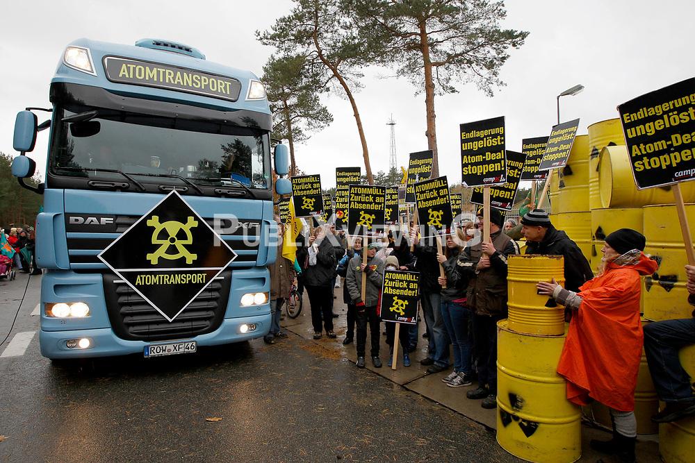 """Rund 250 Atomkraftgegner befüllen zwei Wochen vor dem anstehehenden Castortransport ins Wendland die Attrappe eines Castorbehälters mit """"Atommüll"""". Unter dem Motto """"Return to Sender"""" soll ein LKW des Aktionsbündnisses Campact die Fracht von Gorleben zum Regierungssitz in Berlin liefern.  <br /> <br /> Ort: Gorleben<br /> Copyright: Andreas Conradt<br /> Quelle: PubliXviewinG"""