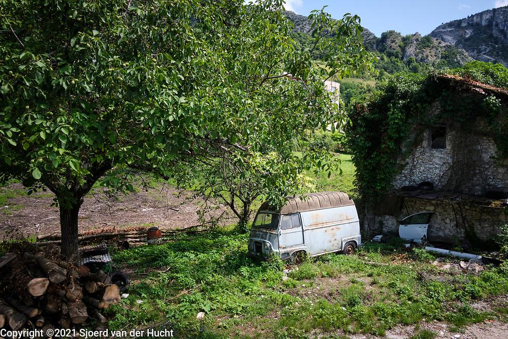 Pont-en-Royans, Drôme, Frankrijk - augustus 2021:Vervallen huis en auto bij bergdorp. | Pont-en-Royans, Drôme, France - August 2021: Dilapidated house and car at mountain village.