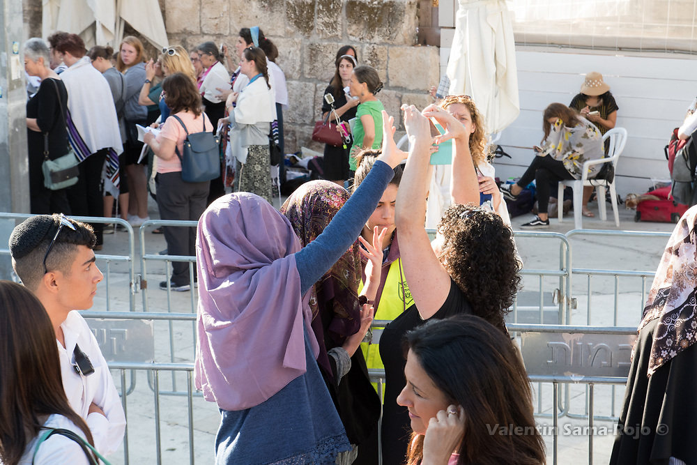 Jerusalem, Israel. 23rd August, 2017. Young girls trying to block the camera of a member of the Women of the Wall during Rosh HaHodesh Elul prayer at the Western Wall in Jerusalem. © Valentin Sama-Rojo