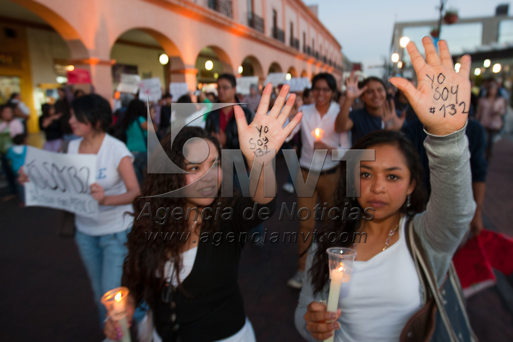"""TOLUCA, Mexico.- Poco mas de 500 jovenes, que se identificaron como simpatizantes del movimiento #yosoy132, participaron en la marcha en silencio denominada """"Estela de Luz"""", portando velas en honor de las 922 mujeres muertas por feminicidio en el Estado de Mexico. Agencia MVT / Mario Vazquez de la Torre."""