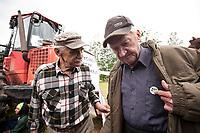13.06.2017 wies Postolowo Puszcza Bialowieska Aktywisci z Greenpeace i Fundacji Dzika Polska zablokowali po raz czwarty wyjazd maszyn harvester do pracy w lesie . W protescie bierze udzial ok 40 osob , w tym 9 z zagranicy , glownie z Czech N/z (L-P) Kazimierz Lewczuk i Zbigniew Spis mieszkancy Hajnowki popierajacy protest ekologow fot Michal Kosc / AGENCJA WSCHOD