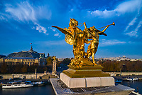 France, Paris (75), les rives de la Seine, classées Patrimoine Mondial de l'UNESCO, le pont Alexandre III, sculpture de Leopold Steiner représentant la Renommée de la Guerre accompagnée de Pégase<br />  // France, Paris, Alexandre III bridge, sculpture by Leopold Steiner representing the Fame of the War accompanied by Pegasus