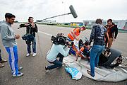 Het tv-programma Het Klokhuis met presentator Maurice Lede (links) maakt opnames van de VeloX. In Delft test het Human Power Team de VeloX 6, de nieuwe aerodynamische fiets, op de RDW baan. In september wil het Human Power Team Delft en Amsterdam, dat bestaat uit studenten van de TU Delft en de VU Amsterdam, tijdens de World Human Powered Speed Challenge in Nevada een poging doen het wereldrecord snelfietsen te verbreken. Het record is met 139,45 km/h sinds 2015 in handen van de Canadees Todd Reichert.<br /> <br /> With the special recumbent bike the Human Power Team Delft and Amsterdam, consisting of students of the TU Delft and the VU Amsterdam, also wants to set a new world record cycling in September at the World Human Powered Speed Challenge in Nevada. The current speed record is 139,45 km/h, set in 2015 by Todd Reichert.