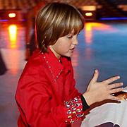 NLD/Amsterdam/20081209 - Perspresentatie Kinderen Sterren Dansen op het IJs 2008, Maxim Froger eet een hotdog