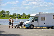 Nederland, Wijhe, 4-6-2015Langs de IJssel is een camperplaats aangelegd. Ouderen zitten te kijken bij het water en maken een praatje met elkaar. De faciliteit is, samen met een jachthaven,  aangelegd  met geld van de verkoop van elektriciteitsbedijf Nuon.Foto: Flip Franssen