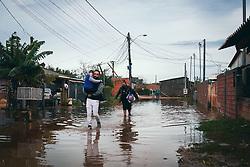 Durante a tarde deste domingo estive visitando a parada 21 do Lami para vistoriar a questão dos alagamentos, em decorrência das fortes chuvas deste final de semana.<br /> <br /> ▪️Os alagamentos são um velho conhecido da região do Extremo Sul da capital, um grande problema de saúde pública e se torna ainda mais grave durante a pandemia do covid-19.<br /> <br /> ▪️Para combater estes alagamentos precisamos avançar na regularização fundiária e levar melhores condições de moradia e saneamento à região. Com este objetivo destinei uma emenda ao orçamento do Estado no valor de R$ 200 mil para avançarmos na regularização fundiária na região da Restinga e do Extremo Sul.<br /> <br /> FOTO: Jefferson Bernardes/ Agência Preview