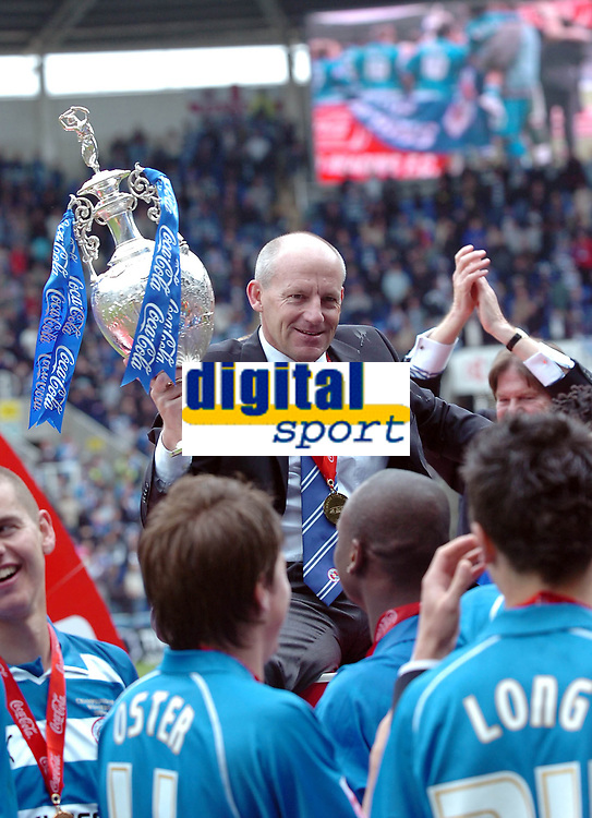 Photo: Kevin Poolman.<br /> Reading v Queens Park Rangers. Coca Cola Championship. 30/04/2006. Reading Manager Steve Coppell lifts the Championship trophy.