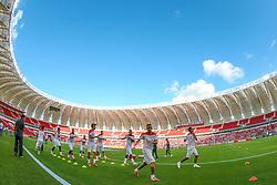 Jogadores do Internacional se aquecem no novo Estádio do Beira-Rio antes da partida contra o Caxias, válida pela 8ª rodada do Campeonato Gaúcho, em Porto Alegre, neste sábado. Este é o primeiro evento-teste da arena após as reformas para a Copa do Mundo. FOTO: Jefferson Bernardes/ Agência Preview
