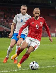 Martin Braithwaite (Danmark) følges af Sverrir Ingason (Island) under kampen i Nations League mellem Danmark og Island den 15. november 2020 i Parken, København (Foto: Claus Birch).