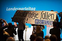 DEU, Deutschland, Germany, Berlin, 02.06.2018: Landesparteitag der Berliner SPD im Hotel Andels. Aktivisten protestieren gegen Strafanzeigen für Hausbesetzer und für die Entkriminalisierung von Hausbesetzungen mit dem Plakat: Strafanträge fallen lassen. Besetzen.