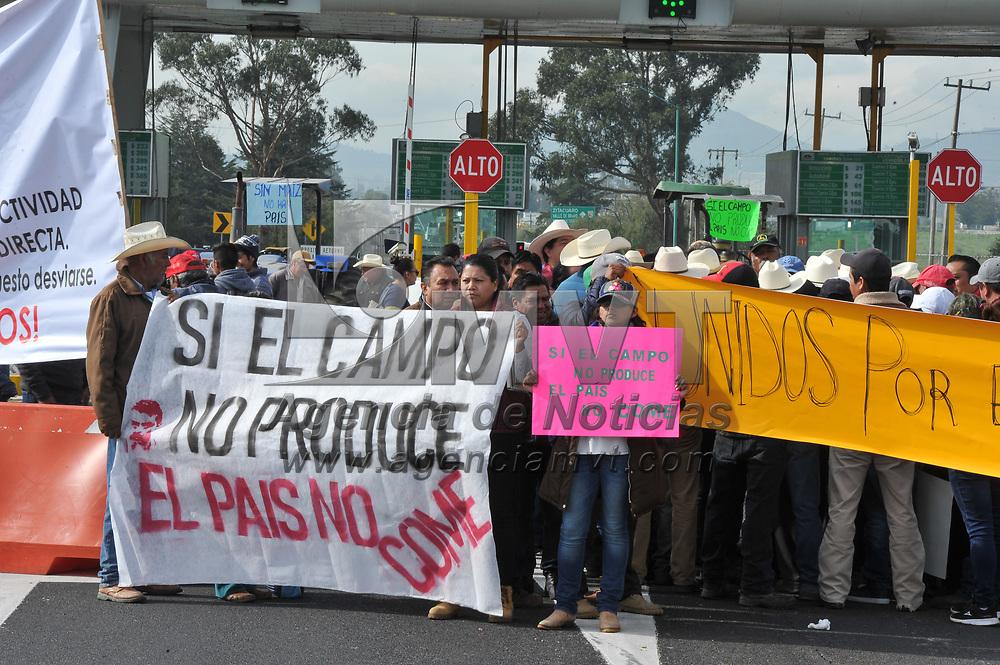 Toluca, México.- Campesinos y agricultores protestan en la caseta de cobro de El Dorado, sobre la autopista Toluca - Atlacomulco, en demanda de los apoyos federales a los productores del campo. Agencia MVT / Mario Vázquez de la Torre.
