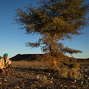 """Hassan est un est un bèrbère nomade qui a établit son campement à proximité de la frontière algérienne où il vit avec sa famille et ses bêtes. L'homme raconte que chaque jour il ouvre l'oeil car """"ici la fortune peut venir du ciel""""."""