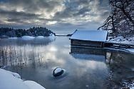 Blank is med ett båthus  på Brevikshalvön i Tyrtesö i Stockholms skärgård