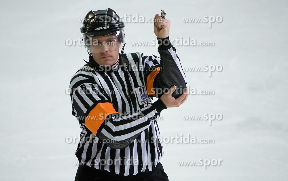 Znak za udarec s komolcem. Elbowing. Slovenski hokejski sodnik Damir Rakovic predstavlja sodniske znake. Na Bledu, 15. marec 2009. (Photo by Vid Ponikvar / Sportida)