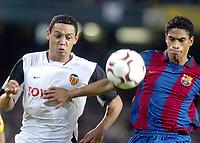 Fotball<br /> Spania 2003/2004<br /> Valencia<br /> Ricardo Oliveira<br /> Michael Reiziger - Barcelona<br /> Foto: Digitalsport<br /> Norway Only
