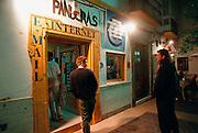 Spanje, Tarifa, 17-5-2001Jonge toeristen gaan een internetcafé, kantoorboekhandeltje binnen.E-mail, reizen, communicatieFoto: Flip Franssen/Hollandse Hoogte