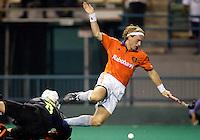 WK Hockey. halve finale. Nederland-Australie 1-4. Remco van Wijk stuit stijlvol op de Australische doelman Lachlan Dreher.