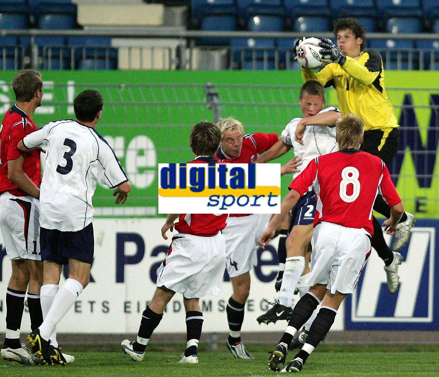 Fotball / Football<br /> European U21 Qualifying match<br /> Norway v Scotland 0-1<br /> Norge v Skottland<br /> Drammen 06.09.2005<br /> Photo: Morten Olsen, Digitalsport<br /> <br /> Rune Jarstein NOR goalkeeper picks the ball from the head of Christophe Berra (2)