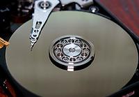 Zdjecie ilustracyjne. N/z rozebrany magnetyczny dysk twardy HDD o pjemnosci 1000 GB fot Michal Kosc / AGENCJA WSCHOD