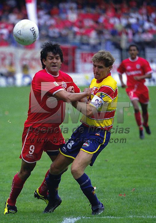 Toluca, Méx.- Jose Saturnino Cardoza del equipo Toluca disputa un balón con el defensa Dario Franco del equipo Morelia. Agencia MVT / Mario Vázquez de la Torre.