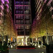 L'entrata illuminata di palazzo moderno nei pressi el Tower Bridge<br /> <br /> The illuminated entrance of a modern building near Tower Bridge