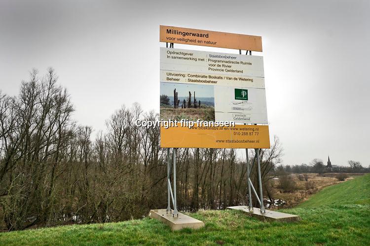 Nederland, Nijmegen, Kekerdom, 6-2-2019Herinrichting Millinger Waard . Het gebied wordt nog meer voorzien van geulen waar water in kan overlopen en natuur een eigen ecosysteem kan ontwikkelen . Staatsbosbeheer en rijkswaterstaat leggen natuurgebieden aan in de uiterwaarden van de grote rivieren . De chauffeur staat even te plassen tegen een band . Nadere uitwerking rivierengebied. Natuurnetwerk, rivierprojecten, natuurontwikkeling in de uiterwaarden en rivierverruimende projecten voor een betere afvoer van het water . Ruimte voor de rivier . Uitgevoerd door Boskalis en van de Wetering .Foto: Flip Franssen