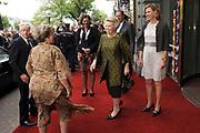 Hare Majesteit Koningin Beatrix wasvrijdagavond 22 juni in het Koninklijk Theater Carré in Amsterdam de première bij van de voorstelling The Life and Death of Marina Abramovic, als onderdeel van het Holland Festival. //// Her Majesty Queen Beatrix wasvrijdagavond 22 June in the Royal Theatre Carré in Amsterdam at the premiere of the show The Life and Death of Marina Abramovic, as part of the Holland Festival.<br /> <br /> Op de foto / On the photo: <br />  Koningin Beatrix komt aan bij Carre