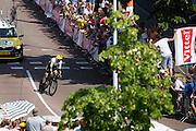Laurens ten Dam van de Lotto Jumbo ploeg wordt toegejuichd. In Utrecht is deTour de France van start gegaan met een tijdrit. De stad was al vroeg vol met toeschouwers. Het is voor het eerst dat de Tour in Utrecht start.<br /> <br /> In Utrecht the Tour de France has started with a time trial. Early in the morning the city was crowded with spectators. It is the first time the Tour starts in Utrecht.