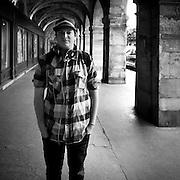 Paris - Place des Vosges - Juin 2012 -  Jeune homme à la chemise à carreau.