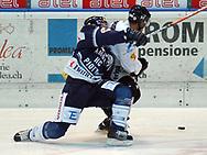 Fribourgs Michael Ngoy im Zweikampf gegen Ambris Alain Demuth © Pascal Gabriel